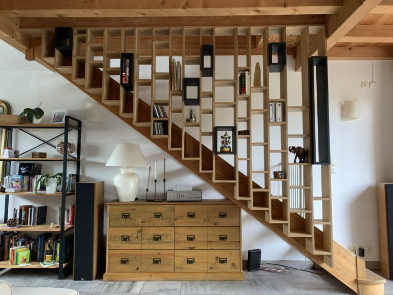 Claustra garde corps d'escalier en bois avec bibliothèque