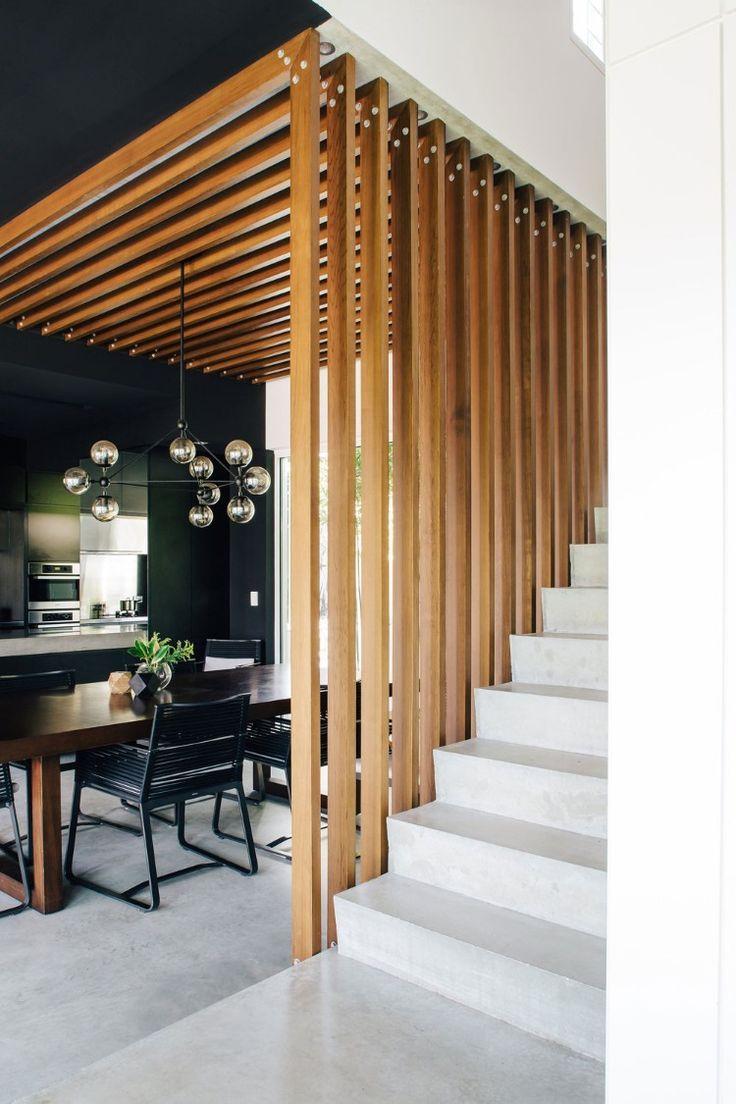Claustra d'intérieur en bois à coté d'un escalier avec couverture au plafond